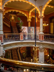 Hotel Des Indes, aan de balustrade