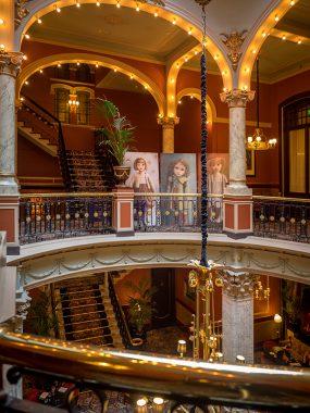 Hotel Des Indes, aan de balustrade
