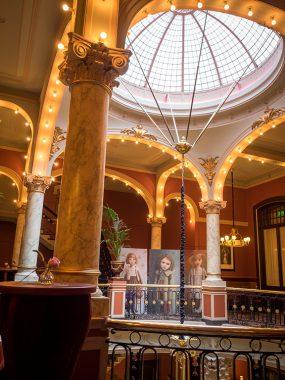 Hotel Des Indes, onder de betoverende koepel